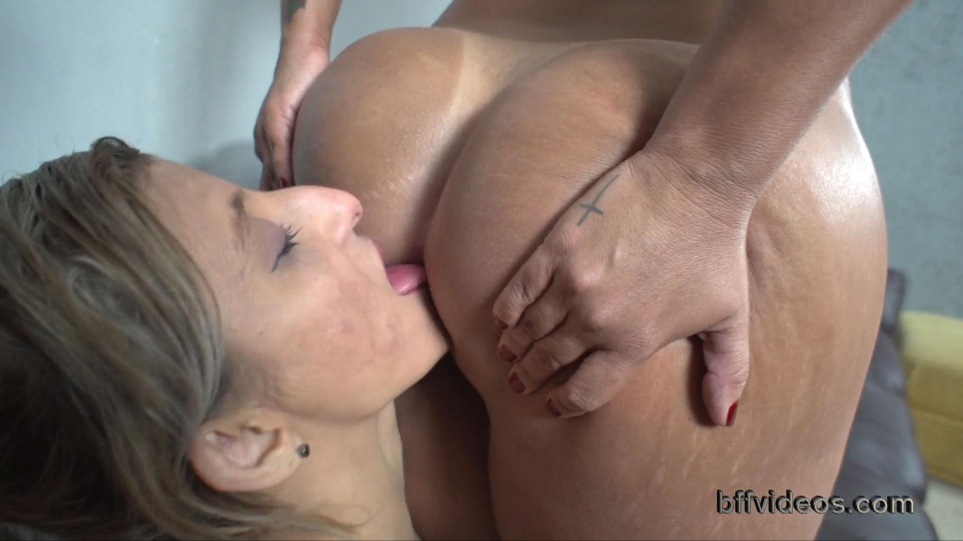 she licks her ass